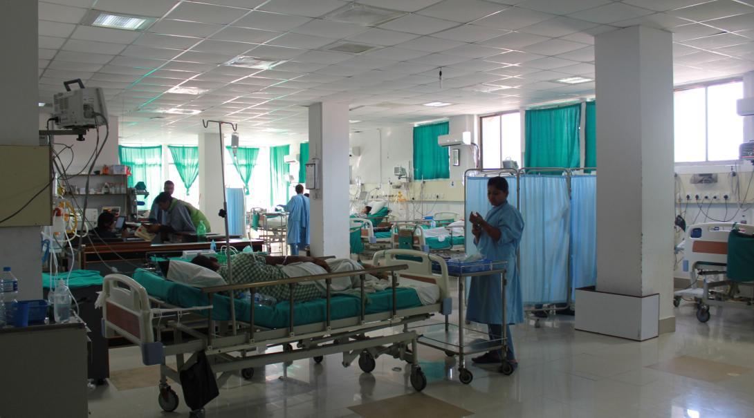 En nuestras prácticas de medicina en Nepal los practicantes observan doctores y enfermeras.